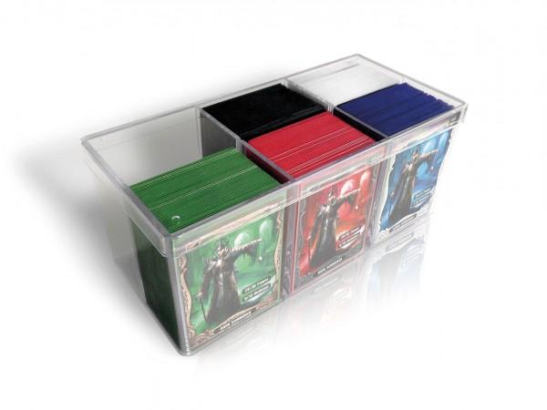 Die Stack´n´Safe Card Box 480 ist DAS Platzwunder unter den Kartenboxen!Bis zu 480 Karten in Hüllen (z.B. ULTIMATE GUARD Supreme Sleeves) passen in die hochwertige Kunststoffbox aus stabilem und absolut durchsichtigem Polystyrol. Die Box ist in sechs glei