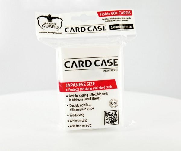 In diese robuste Kartenbox aus weichem Kunststoff passen über 60 Karten der japanischen Größe inklusive Hüllen.<br /><br />- Ideal zur Aufbewahrung von Sammelkarten in ULTIMATE GUARD Sleeves<br />- Super robuste Box mit optimaler Form<br />- Selbstschließ