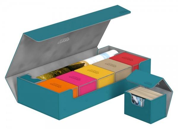 Diese ultimative Box lässt keine Wünsche offen! Sie bietet Platz für alles, was benötigt wird, mit Fächern für mehrere Kartendecks und -boxen, zwei Play-Mats und Zubehör wie Würfel, Tokens und Lebenspunktezähler.Hier nur ein paar Beispiele, was alles in d